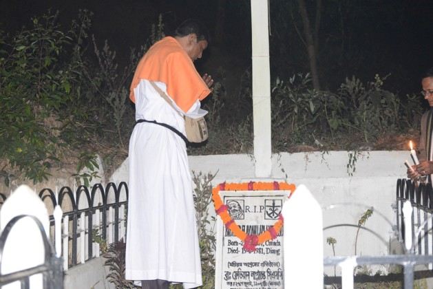 Bro. Joachim Gomes is garlanding the tomb of Bro. Flavian in Diang Pilgrimage