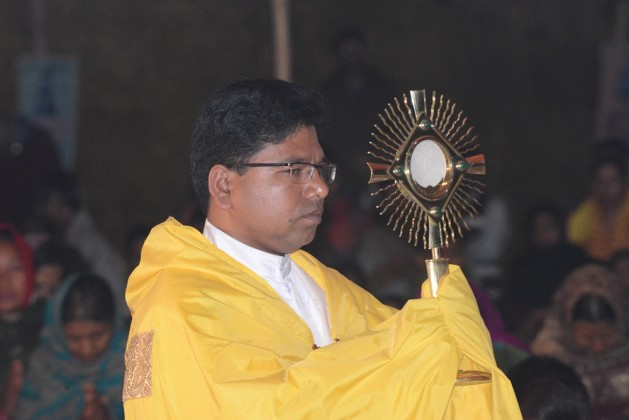 Exposing the blessed sacrament in Diang Pilgrimage